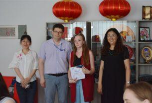 Bручение сертификатов слушателям, успешно окончившим курсы китайского языка